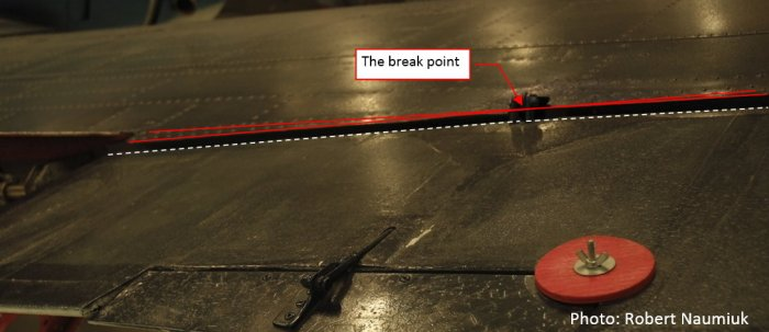 Figure 17-2 Broken line of the upper aileron edge (photo made on another aircraft)